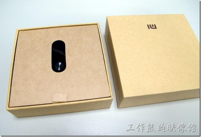 【小米手環2】的包裝延續其一貫的原紙漿顏色,其實整體包裝與第一代小米手環差不多。