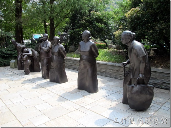 大板根森林溫泉渡假村。大阪根住宿區的地方有很多的銅雕作品可以欣賞。