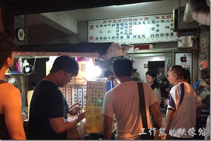 台南-豆奶宗。台南豆奶宗晚上接近十點一開市前面就排了一堆人。