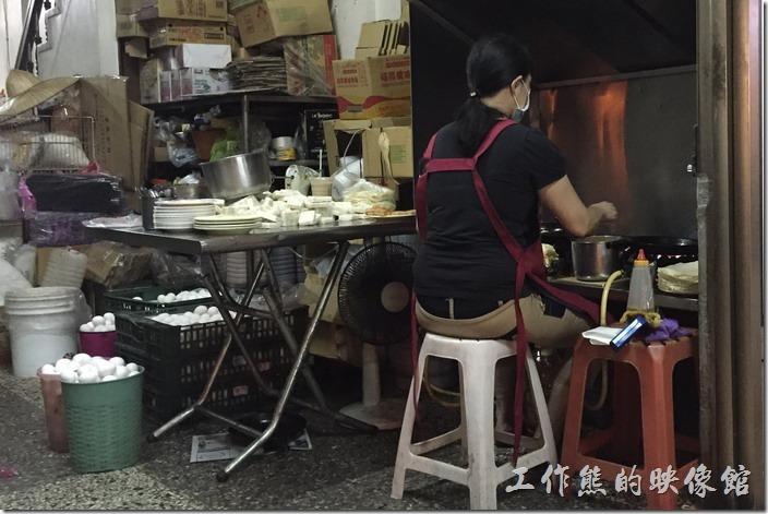 台南-豆奶宗。工作熊從排隊、用餐到裡開,這個店員一直在煎蛋餅沒有停過。