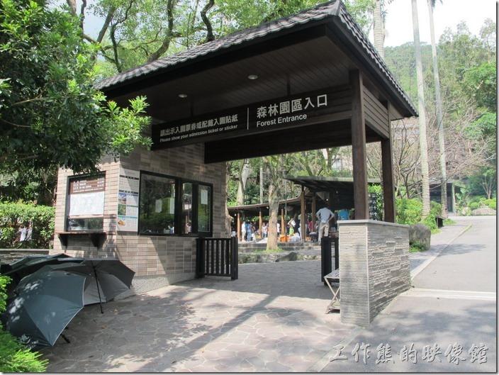 這是大板根森林園區的入口,要收門票的,前面看到有人的地方就是圓形劇場的烤肉區了。