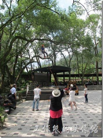大板根森林溫泉渡假村。剛好看到有人在練習攀岩垂吊的繩索練習。