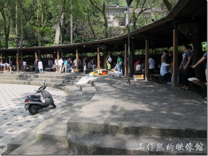 大阪根的烤肉區有圓形劇場烤肉區、花園烤肉區、相思林烤肉區,一般都會選擇在圓形劇場烤肉區比較方便,而且還可以辦活動。