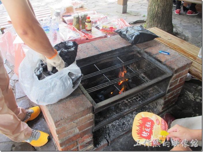 大板根森林溫泉渡假村。放入木炭準備生火烤肉了。