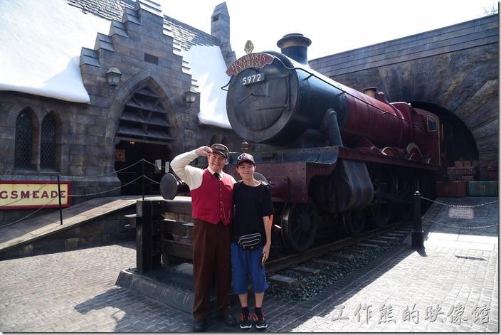 日本大阪-環球影城。進入活米村後迎面而來的是開往霍格華茲的火車,可惜就是找不到九又四分之三(9 3/4)的月台。