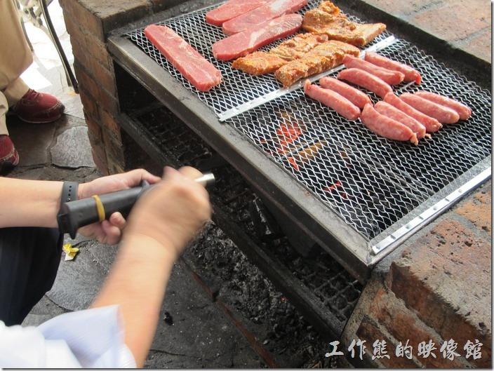 大板根森林溫泉渡假村。看這烤肉多專業,還自備手搖吹氣沯來吹風。