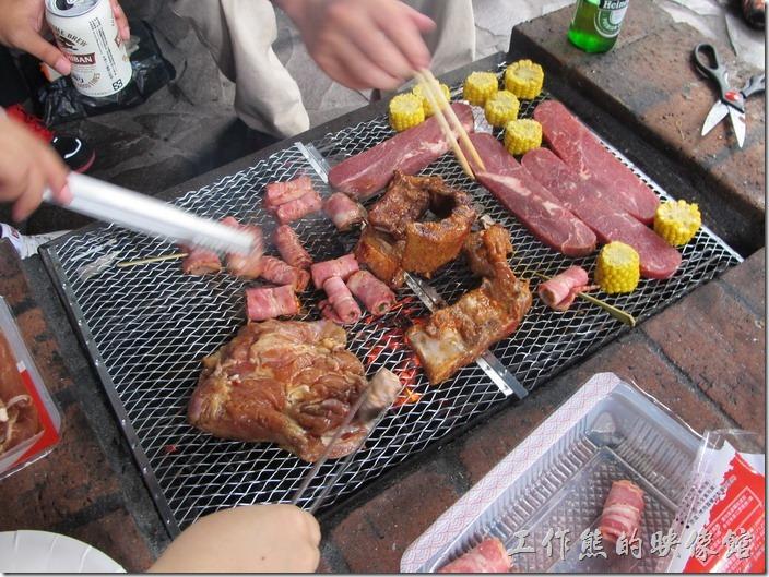 大板根森林溫泉渡假村。我們這一隊有烤肉達人,所以烤出來的肉香噴噴,超好吃!