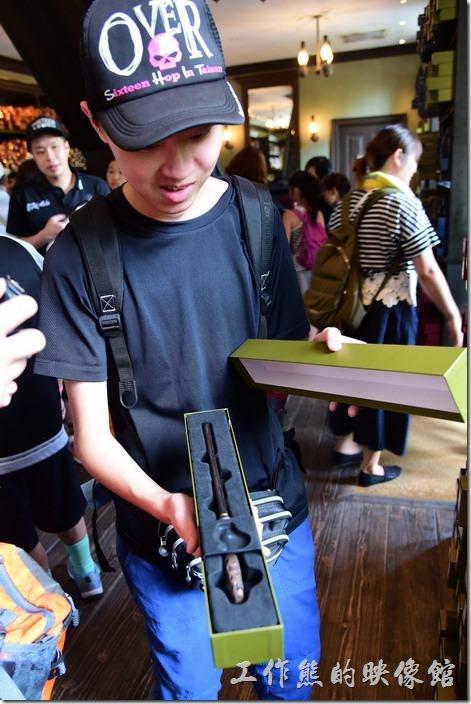 日本大阪-環球影城。參加過哈利波特挑選魔杖的儀式後,可以考慮買一隻魔杖,這是當個巫師的入門配備。
