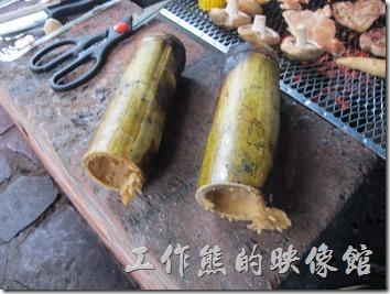 大板根森林溫泉渡假村。這竹筒油飯必須放到炭火上而不是鐵網上,吃起來有一股竹子的香氣。