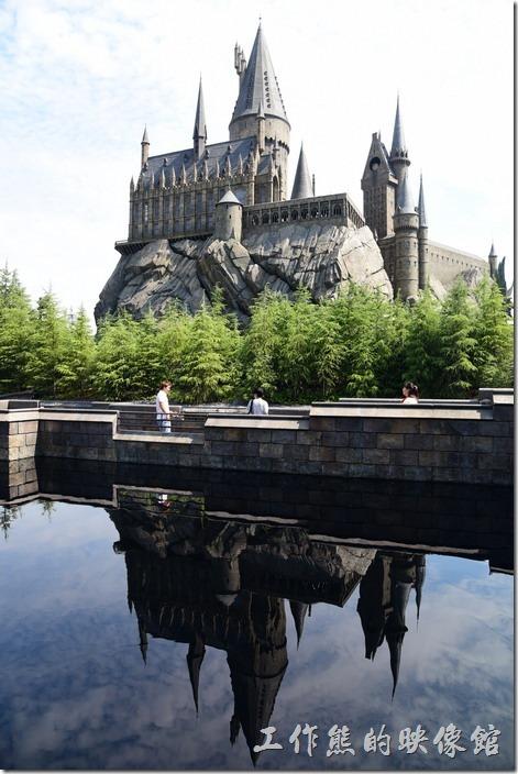 日本大阪-環球影城。工作熊後來選了這張霍格華茲的照片,城堡與水中倒影相映成趣!