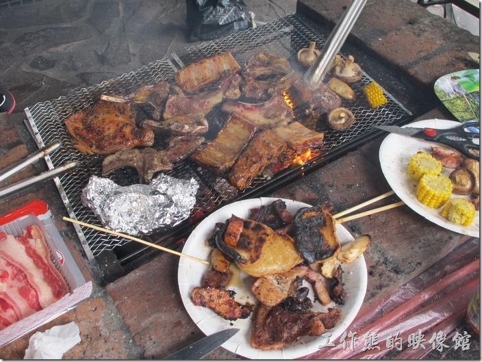 大板根森林溫泉渡假村。換了一個人烤肉之後,怎麼就完全變了樣,烤焦這麼多!