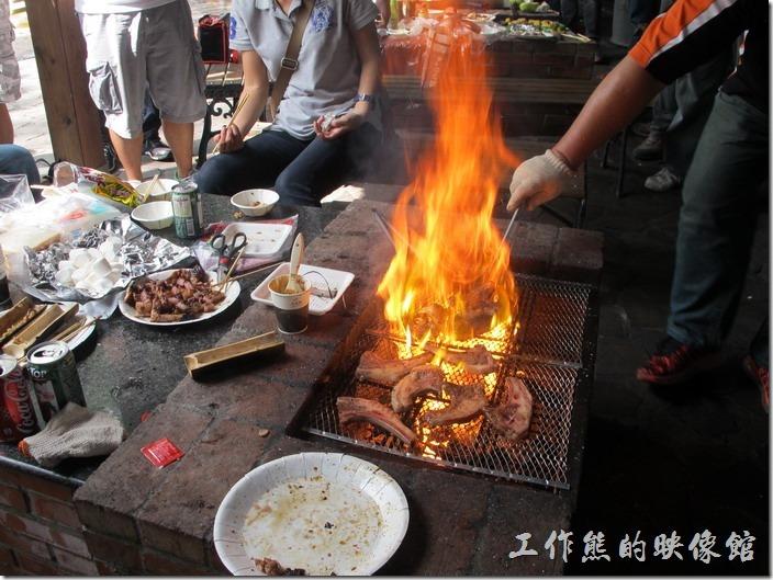 大板根森林溫泉渡假村。有人烤肉烤到【發爐】了,趕快膜拜一下,神明顯靈了!這火還真的不是普通的小呢!真的是火烤羊排。