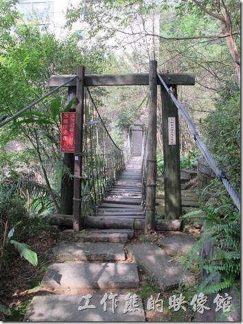大板根森林溫泉渡假村。在烤肉區富有一座小型吊橋,這吊橋非常的晃,行動不方便者不建議行走。