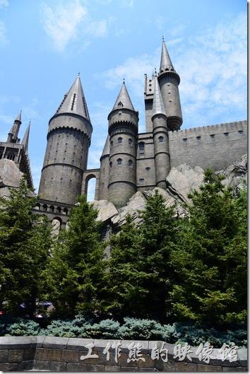 日本大阪-環球影城。開始準備排隊進入「霍格華茲」城堡了!從外面看這城堡還真大啊!