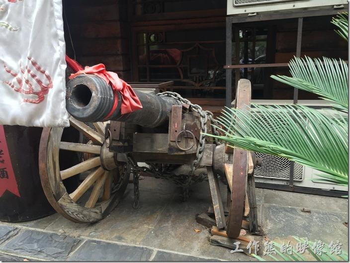 昆山大清花餃子館的店門口還擺了一門古時候的大砲。