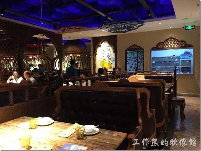 昆山-北疆飯店。餐廳內的佈置稍有異國風味,但似乎還是融合了當地的一些特色。
