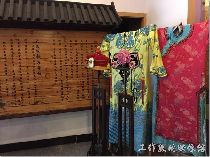 一進昆山大清花餃子館的店們就是一大篇關於大清花的介紹,旁邊還擺了清朝的衣服,不知道是否可以讓客人著裝拍照?