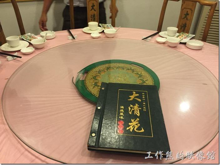 昆山大清花餃子館的環境與菜單封面。