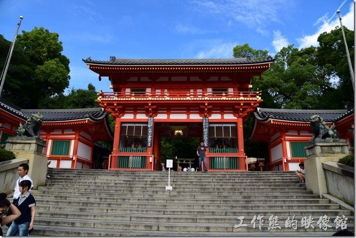 八坂神社的入口建築-西樓門,漆成了紅白相間的建築,配上黑色的屋瓦,給人一種視覺上的刺激,但又顯得莊重。