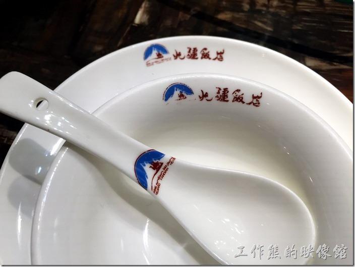 所有的餐具都印有「北疆飯店」的標幟與名字。