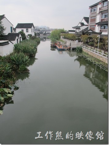 這算是護鎮河嗎?總之要進入甪竹古鎮前必須先跨過這條運河。