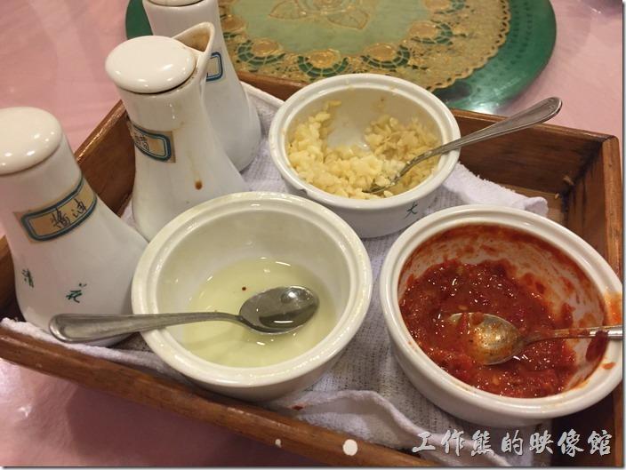 昆山-大青花餃子。既然是餃子館,桌上已經準備好吃餃子的醬料了,辣椒、蒜末、芥末醬、就由、黑醋…等。