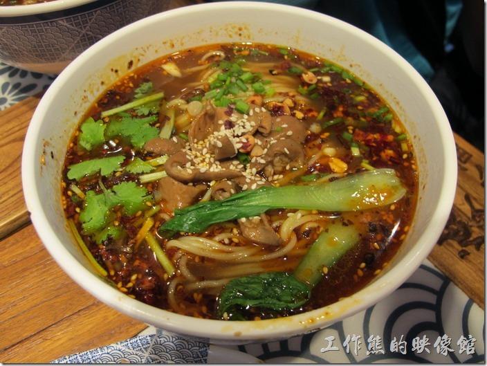 甪直古鎮-貓婆小麵。肥腸小麵,RMB18。這是同是點的麵條,工作熊沒有吃到,除了辣湯外,上面還放了滷過得肥腸。