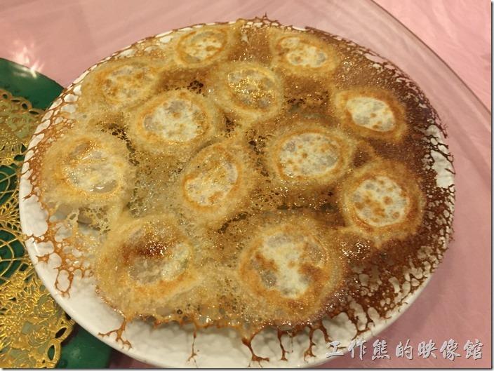 昆山-大清花餃子。冰花煎餃,RMB22。因為煎出來後像極了冰花的樣子,所以得名。印象中這應該是豬肉混合大白菜的煎餃,吃起來一口可以塞給它兩個,應該適合小姐們吃。