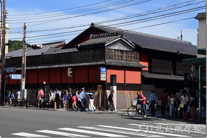 沿著八坂神社前的「四條通」大馬路走一小段路,會看到一條很熱鬧的小街道,照片中前面站著警察或是交通維護的巷子就是「花見小路」了。