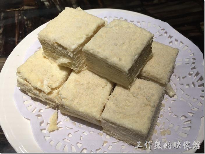 昆山-北疆飯店。娜帕里勇,RMB6/塊。這裡有兩塊每塊在切成四小塊,新疆的甜點,吃起來有點像我們吃的冰淇淋餅乾,總之內餡冰冰涼涼甜甜的,算是不錯的小甜點,但甜點不是應該最後才上嗎?怎麼前兩道菜就上來了,完全不管客人怎麼吃就對了。