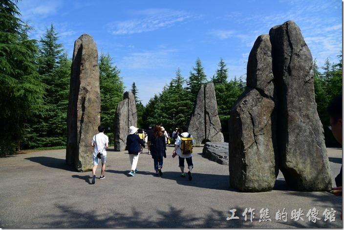 日本大阪-環球影城。「哈利波特」專區是日本環球影城新開發的一個區域,雖然開幕至今已經有一段時間了,但遊客還是非常的多,雖然現在幾乎已經不再需要拿預約票卷了,但排隊的人龍仍然得等1~2個小時才能進到霍格華茲城堡體驗。