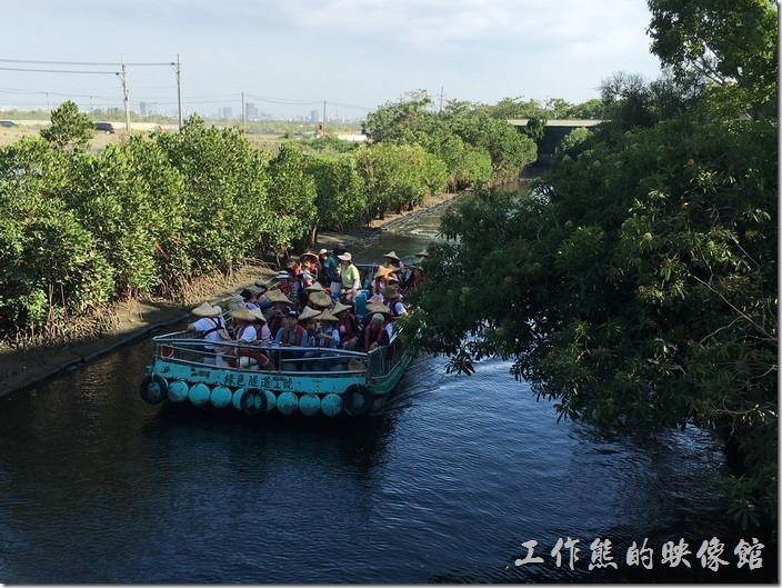 台南四草大眾廟的綠色隧道,乘客搭乘塑膠竹筏穿行於小小的運河之上欣賞沿途的風景與生態。
