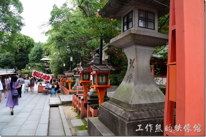 京都八阪神社的另一個特點是宮燈特別多。好像忘了拍那被誤認為鬼怪的「忠盛燈籠」,不過長相差不多,就是有點年代的樣子。