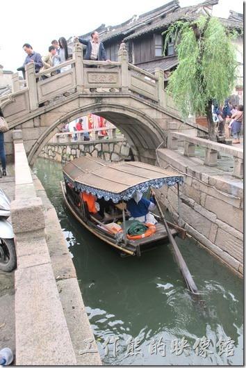 一進入甪竹古鎮就可以發現這裡的水巷真的是四通八達,剛好有一大隊的小船搖櫓經過,因起一陣騷動,大家紛紛拿出手機拍照。遊船的費用是一條船RMB150,可以做4個人,似乎比其他的水城貴一點,不過這裡搖櫓的船老大會主動唱歌給你聽,就不知道要不要在付小費。