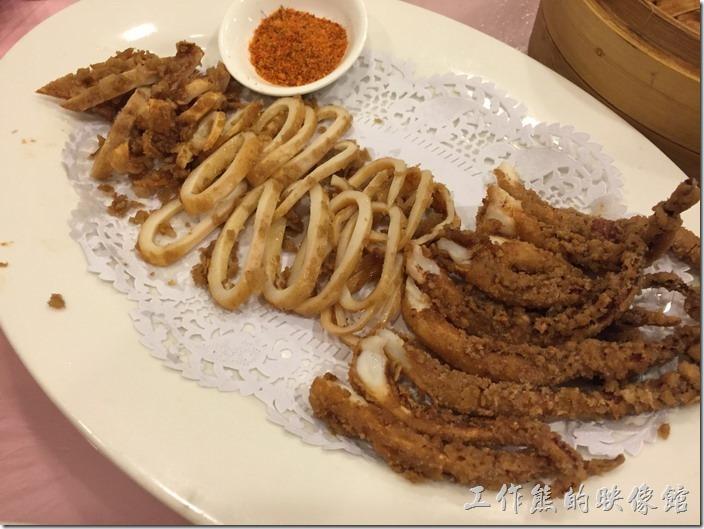 昆山-大清花餃子。大香炸魷魚,RMB48。這炸魷魚只能說還好,感覺上切得越小塊的魷魚越好吃,因為炸得比較酥脆,可能魷魚只個下去酥炸後才切塊的,所以有些比較酥,有接則還好,不過整體而言,還是不錯吃的。