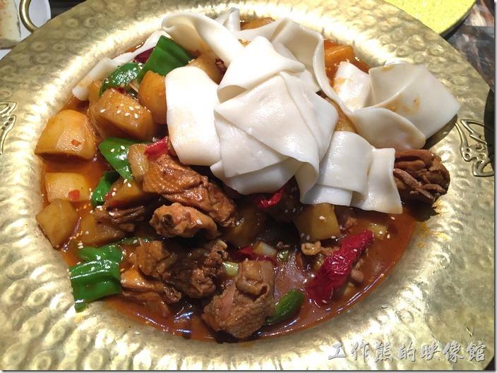 昆山-北疆飯店。新疆大盤雞,RMB58。有點像是大雜燴一樣,麵條、馬鈴薯、雞塊、青椒、辣椒下去煮成一鍋像是咖哩,又有像是燴飯的食物。光看就飽了。