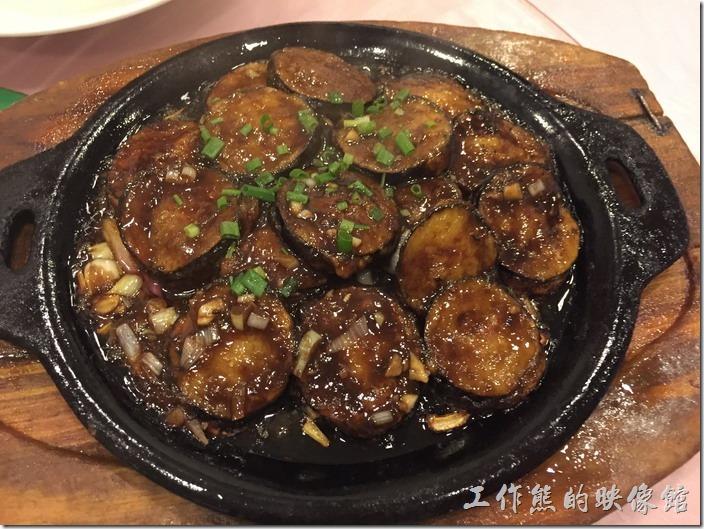 昆山-大清花餃子。鐵板燒汁茄盒,RMB38。聽說全昆山這「鐵板燒汁茄盒」就屬大青花餐館燒的最好吃,趕緊點一份來吃看看,吃過後真的不錯,軟嫩不老,香氣也夠,不過工作熊也沒吃過其他家的「鐵板燒汁茄盒」。