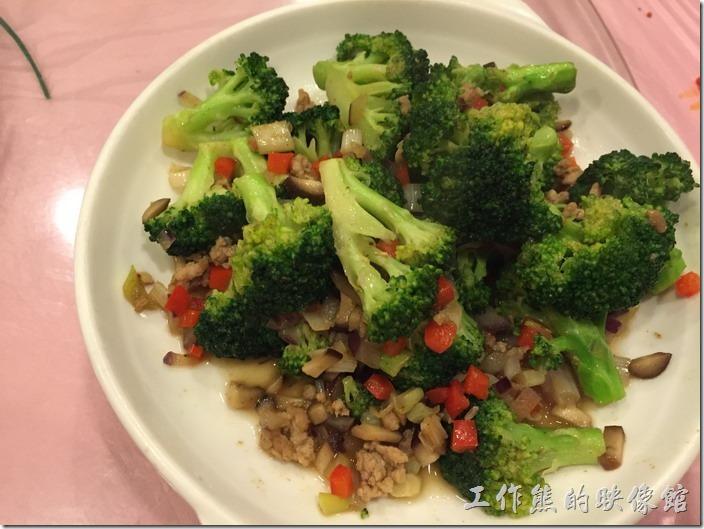 昆山-大清花餃子。滿族西蘭花RMB28。這西蘭花炒出來還稍微脆脆的,配上紅蘿菠丁與香菇跟肉末,感覺還不錯呢!