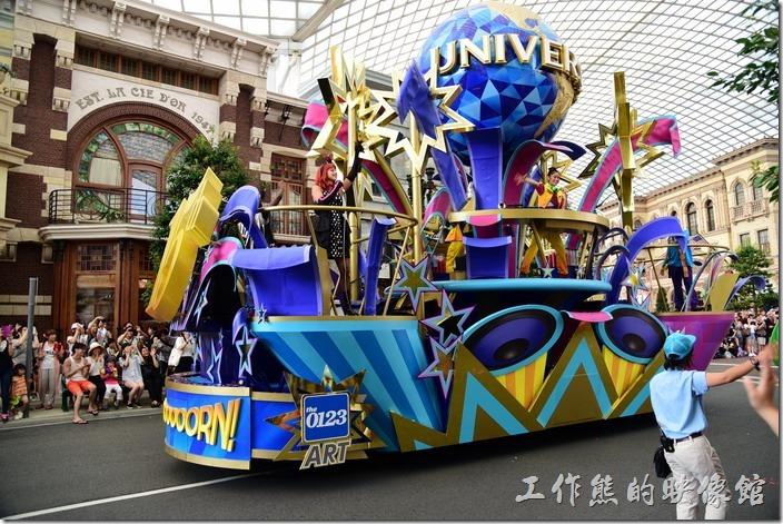 日本大阪-環球影城。花車上的演員又跳又蹦的,真擔心萬一一個沒站穩掉下來。