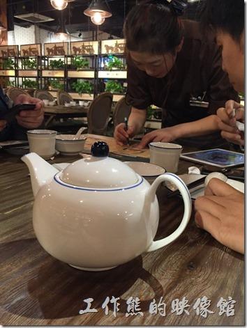 昆山皇后餐廳點餐時服務人員幫忙確認菜單內容。