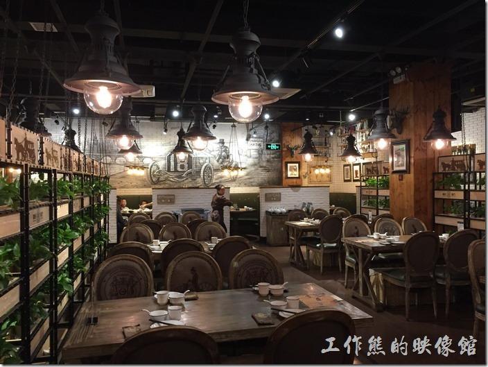 昆山皇后餐廳店內的裝潢,整體給人的感覺寬敞明亮,兩旁用輕鋼架擺飾隔開,所以如果客人一多聲音應該會很大。