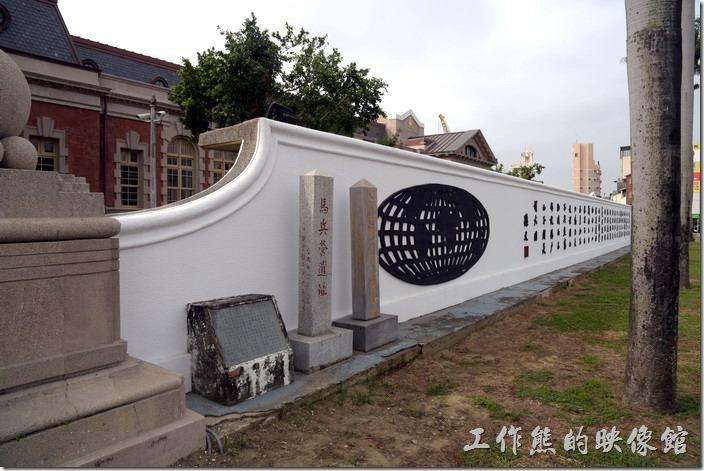 原台南地方法院也是明鄭及清代時期的馬兵營,同時也是史學家連橫的故居,所以在其大門前立有「馬兵營遺址」、「史家連雅堂馬兵營故址」兩碑以茲紀念。