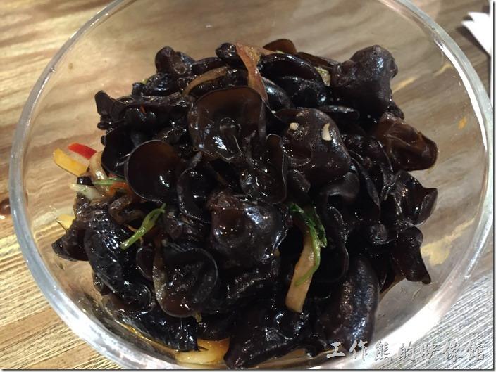 昆山-皇后餐廳港式料理。洋蔥拌木耳。因為有同事愛吃木耳,所以我們這趟出差幾乎餐餐都有涼拌木耳出現,不過這木耳真的要冰鎮過,吃起來稍微脆脆的口感才會好吃。