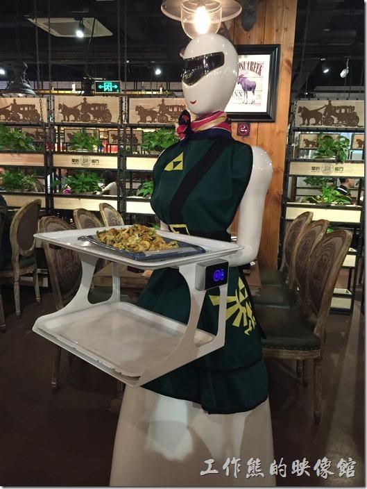 昆山-皇后餐廳港式料理。這時候機器人廚娘總算送上來了一盤菜,按餐廳規定,每桌的客人只能讓機器人送餐一次,牠會按照既定的路線送餐,送餐過來的時候還會提醒客人取餐。