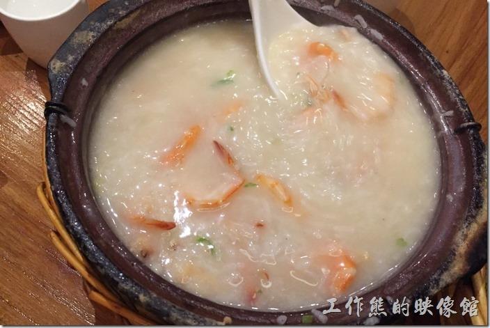 昆山-芳滿庭粵菜潮汕粥品。蝦粥(2人份),RMB69。趁著該大夥手忙腳亂點菜的當兒,哥先來吃粥了,這個是蝦粥,裡頭可是用了好幾整隻的蝦子,米粥熱騰騰的暖胃著呢!