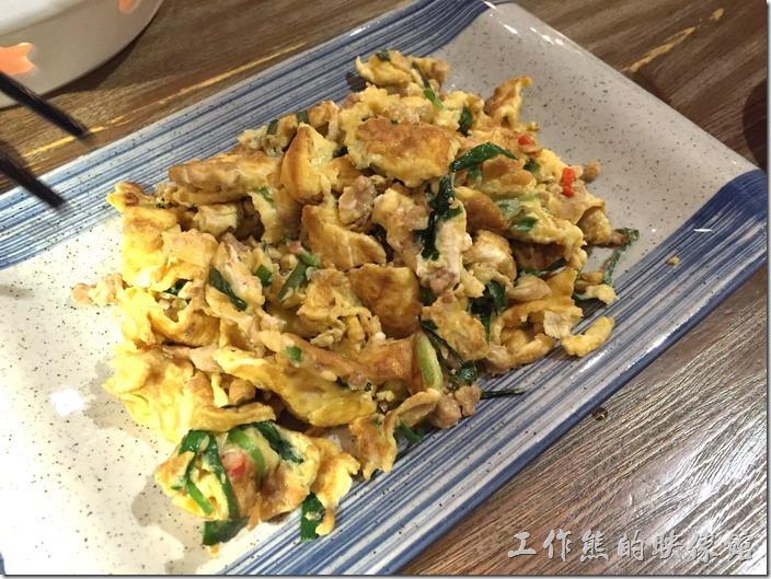 昆山-皇后餐廳港式料理。指天椒炒土雞蛋。這盤炒蛋舊事機器人廚娘送來的,土雞蛋吃起來的口感又是不一樣,還有一種土雞蛋該有的香氣,不過這蛋炒得有點太乾了,吃起來稍硬了點。
