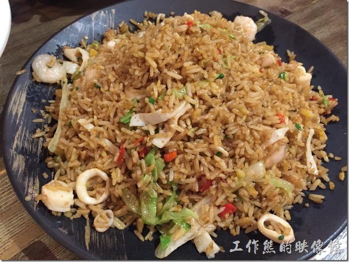 昆山-皇后餐廳港式料理。香辣海鮮炒飯。因為起點個可以壓艙底填飽肚子的菜色,但菜單上看來看去就是沒有比較好的選擇,最後選了這個海鮮炒飯,老實說吃裡來普普而已。