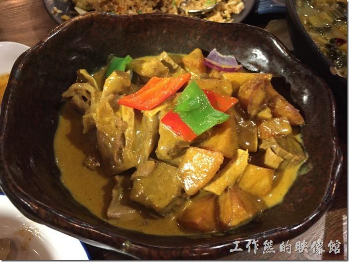 昆山-皇后餐廳港式料理。咖哩牛筋腩。這到菜色也是不錯,最好有白飯可以配,牛筋腩也燉到軟爛,咖哩似乎比較偏甜。