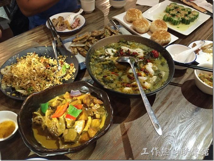 昆山-皇后餐廳港式料理。滿桌的菜色,出差吃飯果然還是得人多才夠澎湃。