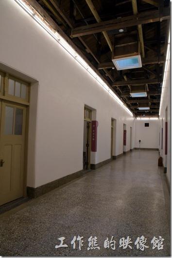 舊台南地方法院的室內走廊,這裡的屋頂還是用木頭復原的建築。